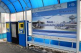 Terminal dlya pokupki biletov avtobusnoy ostanovke v aeroportu