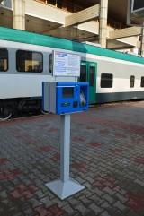 Terminal dlya pokupki biletov na platforme vokzala