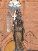 Скульптура Божьей Матери с младенцем Иисусом около Успенского костела, г. Миоры